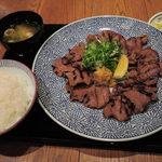 ひかり屋 - こちらもお友だちが注文した、 牛たん定食(並)1480円(税別) (牛たん焼き、ごはん、味噌汁、香物) ※ごはん、味噌汁、香物はおかわり自由。