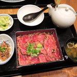 ひかり屋 - そしてボキらが注文したお目当のメニューは、 牛まぶし膳1380円(税別) (牛ステーキ重、牛しぐれ煮、味噌汁、香物、お出汁) ※味噌汁、香物はおかわり自由。