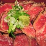 ひかり屋 - 牛ステーキ重もお肉がぎっしりのってるよ~ まずは、そのまま頂いてみることに。 こちらもお肉が炭火で焼かれていて香ばしく美味しい!!