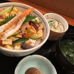 魚いち - 海鮮ぶつ切り丼800円