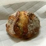 パンやきどころ RIKI - 天然酵母のマカダミアナッツとホワイトチョコ ¥230+税