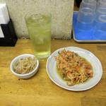 ふじ - 緑茶ハイ300円と無料の小鉢(おかわり自由)、かき揚げ120円