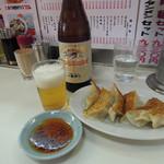 兆楽 - 中瓶ビール500円と餃子200円