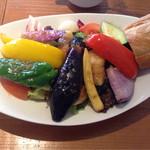 クレバーカフェ - たっぷり三浦野菜とお魚の唐揚げサラダプレート