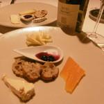 51299739 - チーズ3種と白ボトル