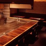 てこ舞 - 2階はライブ感あふれるカウンター&テーブル席!