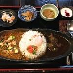 カレー膳 おそうざい2皿・ピクルス・ヨーグルト付 930円+おんたま 100円(税込)