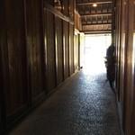 丹生庵 - 土間から裏への通路