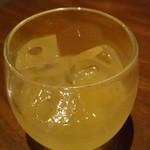 鉄鍋家 - にごりタンカン酒ロック(550円)。