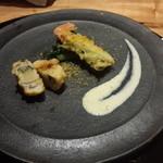 51315892 - 子持ち昆布にアナゴを合わせたものと、松葉蟹の天ぷらにカラスミをかけたもの。美味しいに決まってますよね。