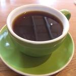 カフェ ポー - 本日のコーヒーは ハウスブレンドとコロンビア、後者を選択。 器が緑でも中身は珈琲。
