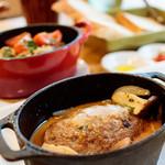 リコプラス - ハンバーグのゴーダチーズ焼き         ごろっとうれうれ豚のデミグラスソースで