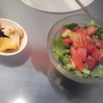 ロトカフェ - @1050円ランチのサラダとピクルス