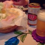 ミス サイゴン - 揚げたての海老せんべいと333ビール。