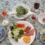 ペンション You 悠 - 料理写真:モーニングセット 後から天ぷらが来たので、熊笹パン食べかけ(笑)
