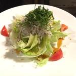俺の和食英二 - 釜揚げシラスとレタスのサラダ ¥780
