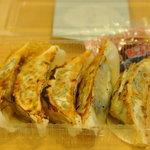 和風あん餃子夏目家 - 食べ歩き用に注文した焼き餃子 御覧の様に5個入り! でもレシートは8個入りの値段