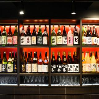 秋田の地酒をはじめ、全国各地の希少銘柄酒がカウンターに並ぶ。