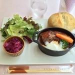 Angel Number 444 - セットには生野菜、シュークルート、自家製パン、ドリンクが付きます