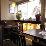 中華料理 旭園 - 内観:4人テーブル席