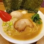 武松家 - 醤油豚骨ラーメン 750円 崩れ煮玉子 30円