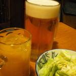 炉ばた茶屋 旅籠 - 生ビール大ジョッキ マンゴージュース お通し塩ダレキャベツ