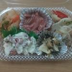 北海丼丸 - キムチ、ホッキサラダ、海鮮マリネ、ツブわさび、イカ塩辛の入ったおつまみセット。450円(税別) それぞれ単品もあります!