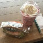 スターバックスコーヒー - 共に期間限定!アボカド&シュリンプサンドイッチ(680円)とストロベリーディライト(Tallサイズのみ600円)