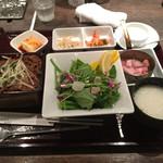 51348410 - 健康旬菜サラダと和牛切り落し重(小)¥1,200-