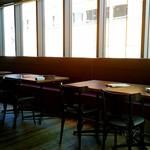 鉄板餃子酒場 ちびすけバル - 店内の様子