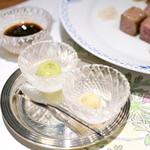 ステーキ懐石都 春日 - 一般的な緑色のわさびと白い西洋わさび。醤油は小豆島の2年もの。 '16 4月上旬