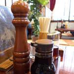 東峰飯店 - 大きなミル挽きコショウ。中華料理店としては珍しく、存在感あり
