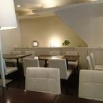 珈琲館 - 店内のテーブルは四人掛けで統一されてました。