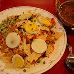 ゴルカキッチン  - チキンビリヤニとマトンカレーです ビリヤニはお皿がにぎやか!