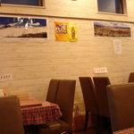 ゴルカキッチン  - 壁にはネパールのポスターや地図や工芸品が