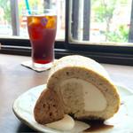カフェ シズク - そば茶と白あん入りクリームのロールケーキ