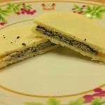 ぶれっとのケーキ屋さん - 「ゴマの生チョコクッキー いしおかサンド(ホワイト)」をカットしたところ