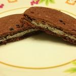 ぶれっとのケーキ屋さん - 「ゴマの生チョコクッキー いしおかサンド(スイート)」をカットしたところ