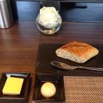 51379923 - パン&バター2種類