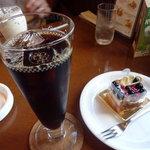 キャラバン サライ - アイスコーヒーとブルーベリーチーズケーキ