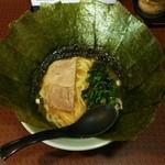 横浜家系ラーメン 府中家 - ラーメン680円麺硬め。海苔増し100円。