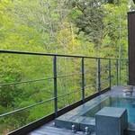 51387267 - 客室の露天風呂。真横に川が流れて涼しげ。