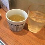 海南チキンライスの店 アゴハン - 野菜と鶏を7時間煮込んだスープが先ず提供。