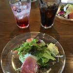 オランチョ - サラダとイタリアンソーダとコーラ