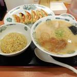 日高屋 - 料理写真:...「半チャーハン+餃子セット/とんこつラーメン(820円)」、騒ぐ日本人を捌く外国人店員という画が見られるお店。。