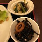 多慶家 - 副菜は揚げと山菜の煮物、ひじき煮