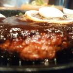 亜米利館 - 鉄板が熱いので肉汁弾いてます