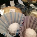 ティールーム ココ - 丸いクッキーが2種類、ラスクが2枚、右奥はホイップクリームです(2016.5.25)