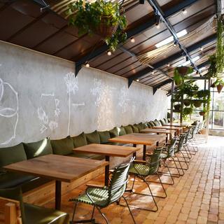 ドライブデートに、二人で緑溢れるカフェでランチはいかが