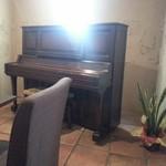 アニバーサリー - 店の奥にはピアノが置いてありライブスペースにも